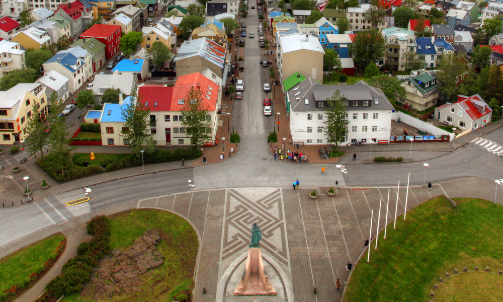 Other stops are, for example, Höfði, where the US President Ronald Reagan and Mikhail Gorbachev President of the Soviet Union met to end the Cold War, and Bessastaðir, the official residence of the Icelandic president located at the beautiful Álftanes peninsula.